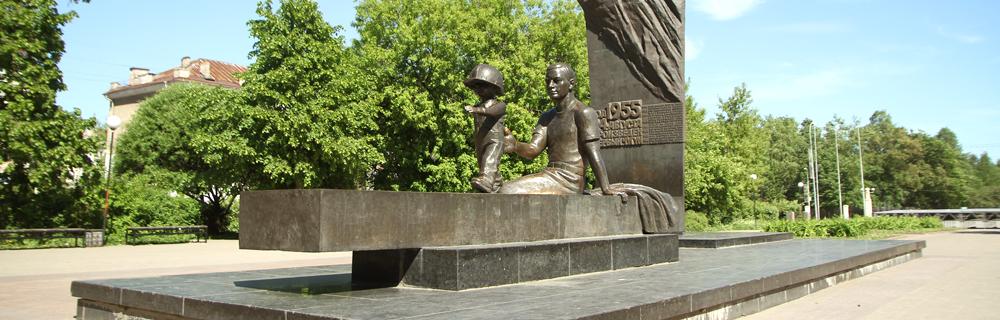 Памятник «Преемственность поколений»— металлург ссыном