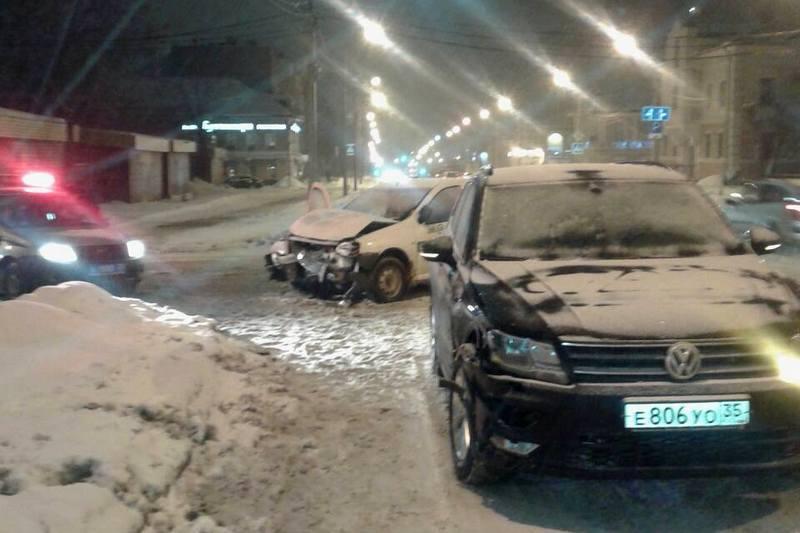 В Череповце два человека пострадали в страшном ДТП