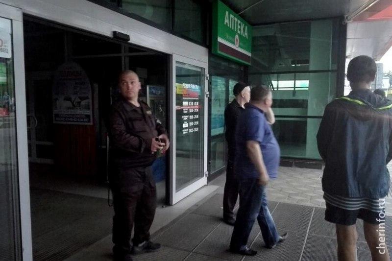 Шокирующие фото изЧереповца: напроспекте Победы полыхает ТЦ «Макси»