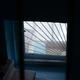 Вдоме наПервомайской, 3 окна изподъездов выходят набалконы, через которые можно пробраться вквартиры