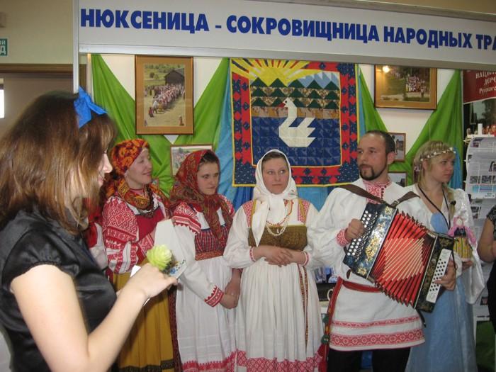 """""""Русский Дом """" встречает сегодня гостей песнями и плясками.  В выставочных залах более 180 экспонатов, и."""
