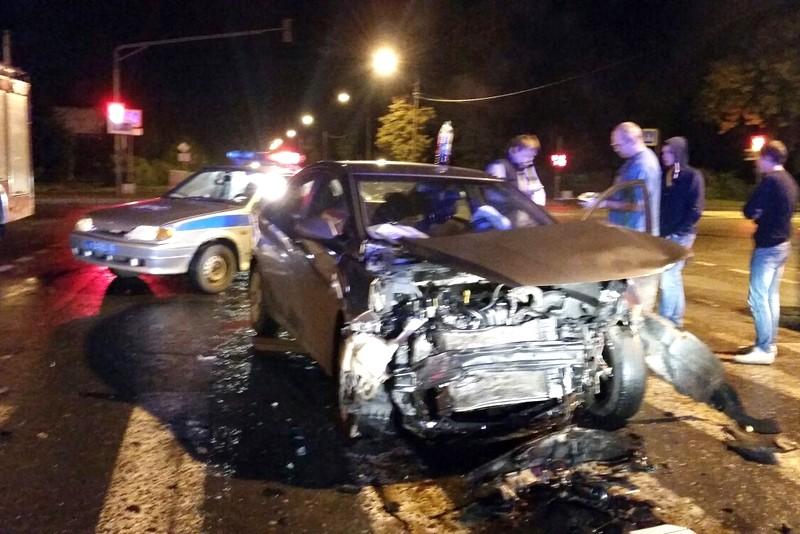 ВВологде шофёр «Киа», нарушивший ПДД, врезался в«Хендай» идерево