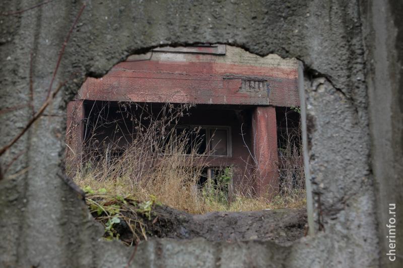 Пролом в заборе, через который проникают к зданию
