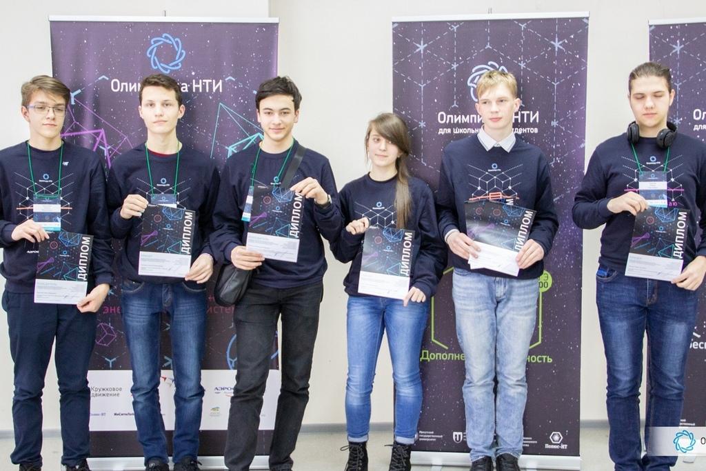 Кристина Кляич с победителями и призерами профиля «Технологии беспроводной связи»