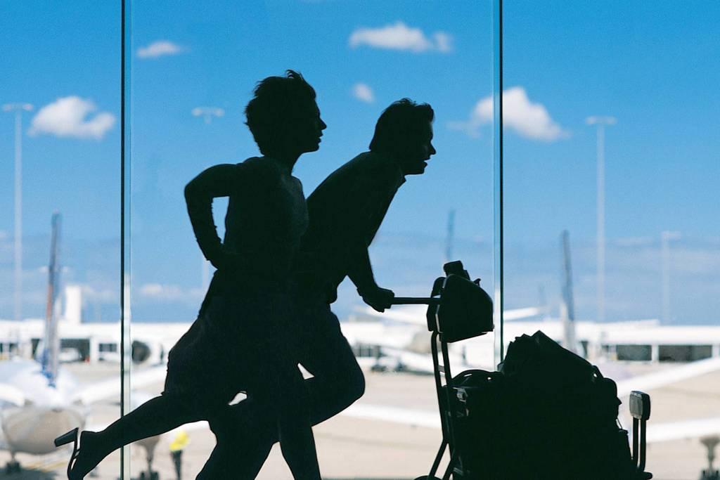 Люди бегут на самолет